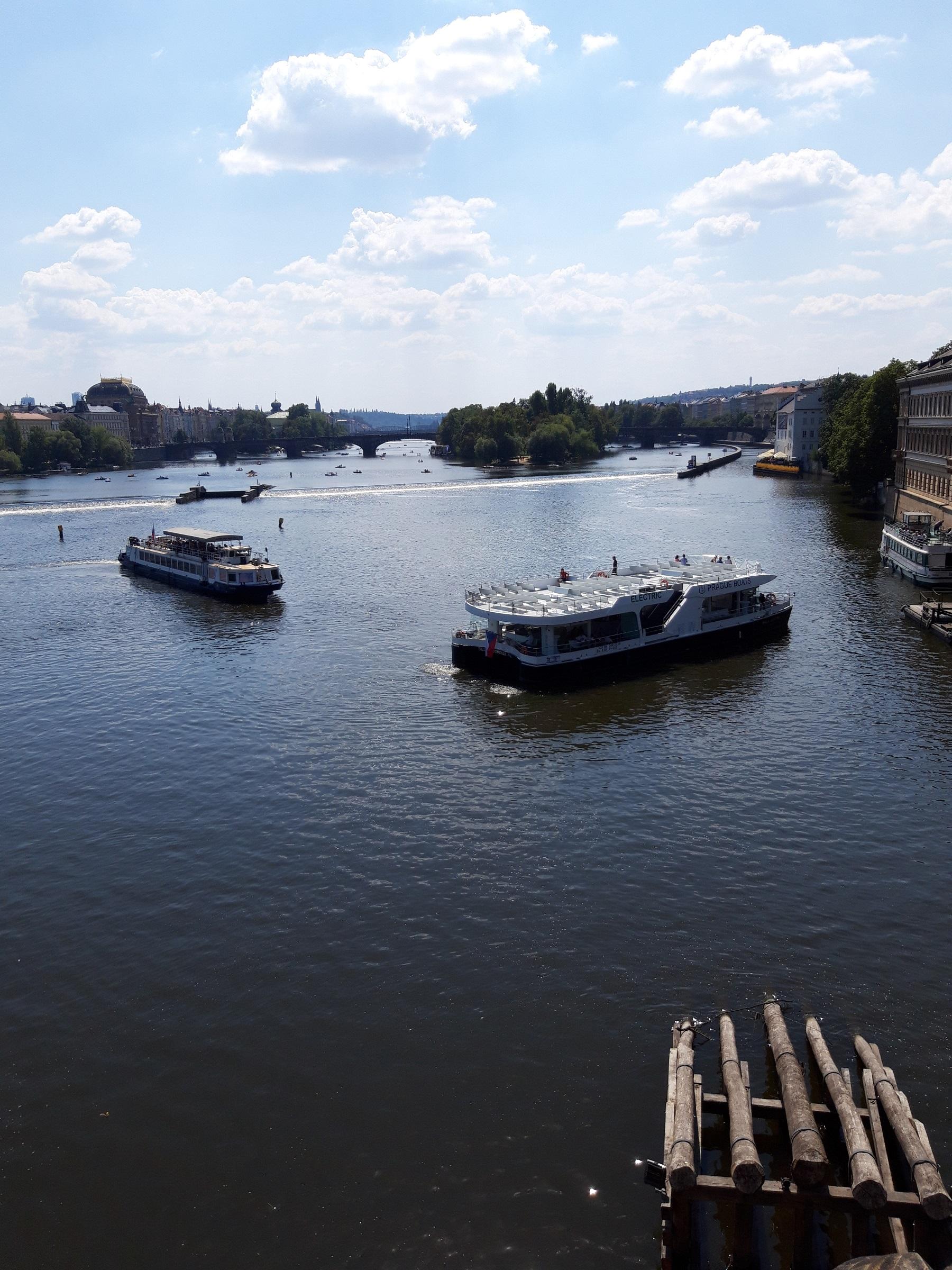 Blick von der Karlsbrücke auf die Moldau