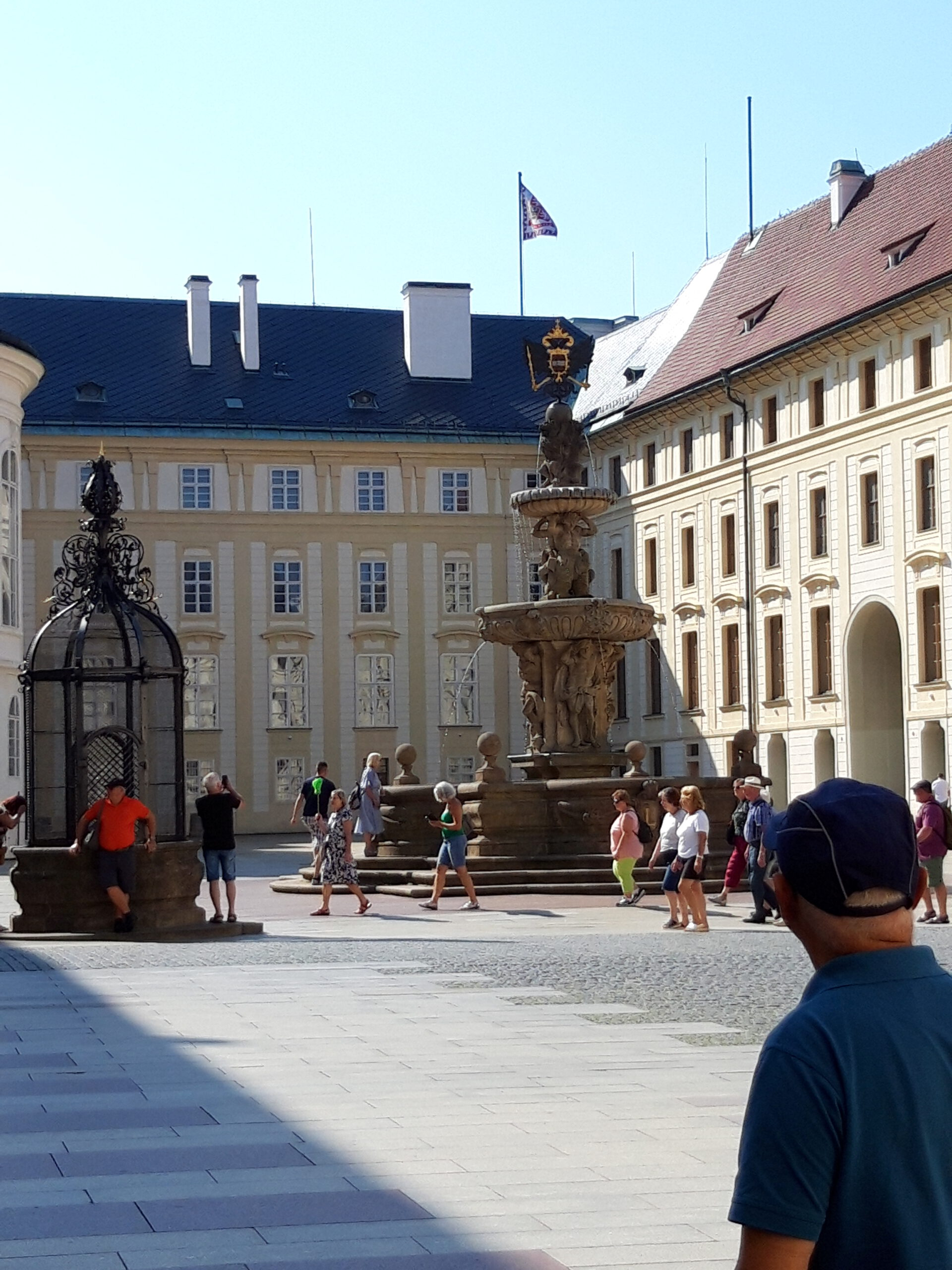 Der Innenhof  der Karlsburg